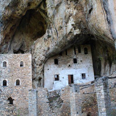 Το σπηλαιο-μονάστηρο της Αγίας Κυριακής